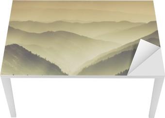 Bord- og skrivebordsklistremerke Landskap av tåkete fjell åser.