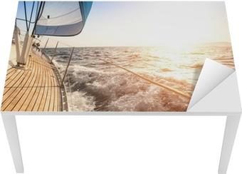 Bord- og skrivebordsklistremerke Seiling til soloppgangen. Luksus yacht.