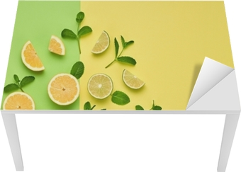 Bord- og skrivebordsklistremerke Vegansk økologisk mat konsept. appelsin sitrus sitron fersk frukt med mynteblader. kreativt layout. flatt legg. trendy mote stil. minimal design kunst. varme sommervibber. lys farge.