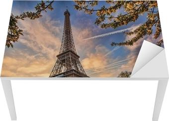 Bureau- en Tafelsticker Eiffeltoren tegen zonsopgang in Parijs, Frankrijk