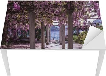 Bureau- en Tafelsticker Mooie voortuin met pilaren en wisteriabloemen