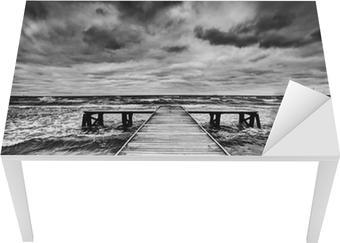 Bureau- en Tafelsticker Oude houten steiger tijdens storm op zee. Dramatische hemel