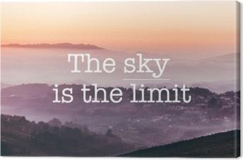 Canvas De lucht is de limiet, mistige bergen achtergrond