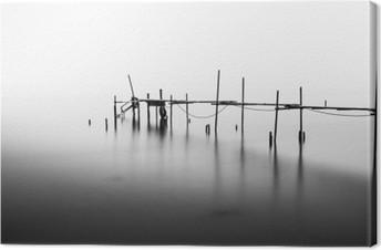 Canvas Een lange blootstelling van een verwoeste pier in het midden van de Sea.Processed in B