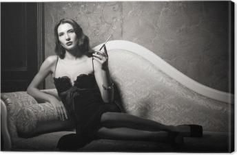 Canvas Film noir stijl: elegante jonge vrouw liggend op de bank en het roken van sigaretten. Zwart en wit