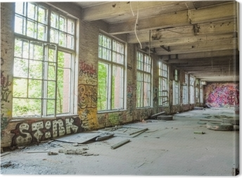 Canvas Grote ramen in de oude verlaten fabriekshal