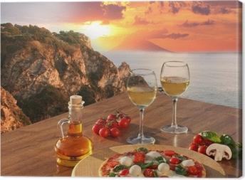 Canvas Italiaanse pizza en glazen wijn tegen de kust van Calabrië, Italië