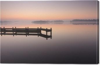 Canvas Jetty tijdens een rustige, mistige zonsopgang op een meer.
