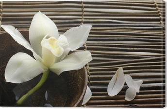 Canvas Kom van orchidee, bloemblaadje op bamboe mat