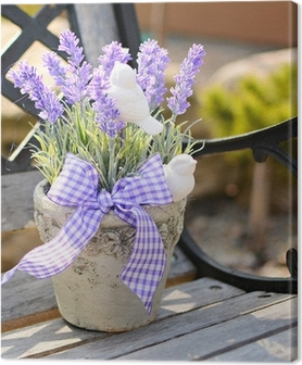 Canvas Lavendel in de oude pot op de bank. Woondecoratie.