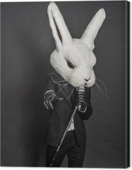 Canvas Man in konijnmasker. zwart pak zingen op een donkere achtergrond