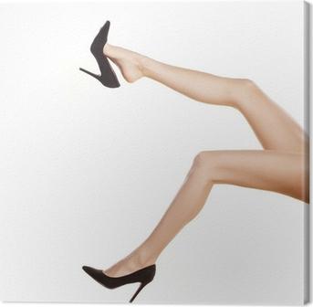 Canvas Mooie vrouwelijke benen in zwarte schoenen met hoge hakken op wit