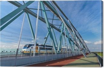 Canvas Nederlandse trein passeren van een brug in Nijmegen