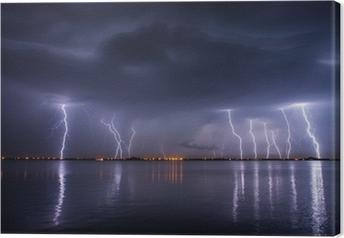 Canvas Onweer en bliksem in de nacht over een meer met reflaction