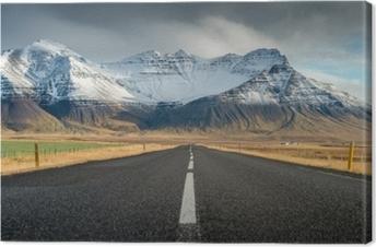 Canvas Perspectief weg met sneeuw bergketen achtergrond in bewolkt dag herfst seizoen IJsland