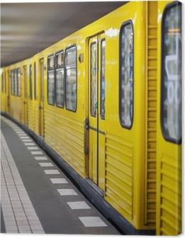 Canvas premium Gele metro in metrostation. Berlijn, Duitsland.