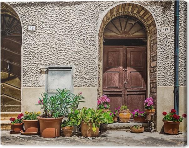 Canvas ramen en deuren in een oud huis versierd met bloemen u2022 pixers
