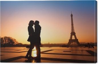 Canvas Verliefde paar kussen op de Eiffeltoren achtergrond, Parijs, Frankrijk