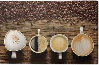 Canvas Verscheidenheid van kopjes koffie en koffie bonen op oude houten tafel