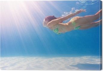 Canvastavla Kvinna simma under vattnet i en blå pool.