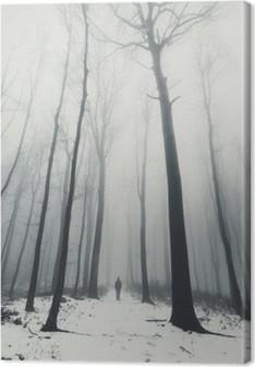 Canvastavla Man i skog med höga träd på vintern