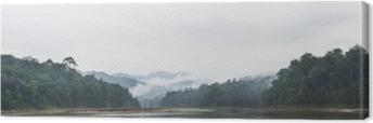 Canvastavla Panoramautsikt över morgondimman och döda träd i tät tropisk regnskog, Perak, Malaysia