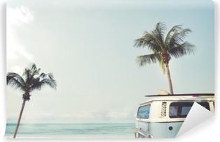 Carta da Parati in Vinile Auto d'epoca parcheggiata sulla spiaggia tropicale (mare), con una tavola da surf sul tetto - viaggio di piacere in estate