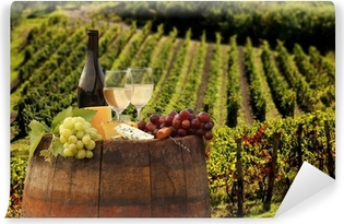 Carta da Parati Autoadesiva Vino bianco con barell in vigna, Chianti, Toscana, Italia