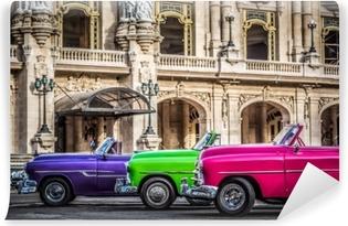 Carta da Parati in Vinile Hdr - nebeneinander aufgereihte amerikanische farbenfrohe cabriolet oldtimer vor dem gran teatro a havanna kuba - serie kuba reportage