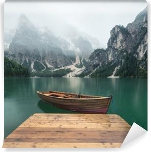 Carta da Parati in Vinile Lago nella valle della montagna in Italia. bellissimo paesaggio naturale tra le montagne italiane.