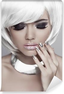 Carta da Parati in Vinile Moda ragazza bionda con i capelli bianchi corti.  unghie curate dce4137f57ee