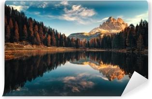 Carta da Parati in Vinile Veduta aerea del lago antorno, dolomiti, lago paesaggio montano con alpi vetta, misurina, cortina d'ampezzo, italia