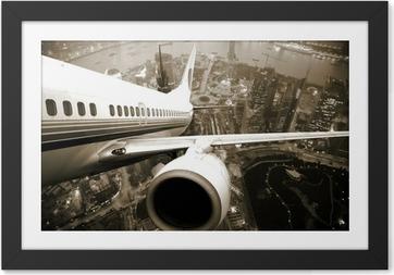 Çerçeveli Poster Uçak şehir geceden çıkar.