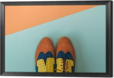 Çerçeveli Tuval Düz lay moda seti: renkli zemin üzerine eski ayakkabı renkli. Üstten görünüm.