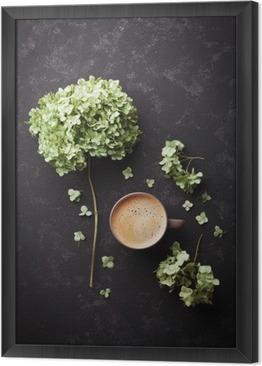 Çerçeveli Tuval Siyah bağbozumu masada kahve fincan Kompozisyon ve kurutulmuş çiçekler ortanca yukarıda düz yatıyordu