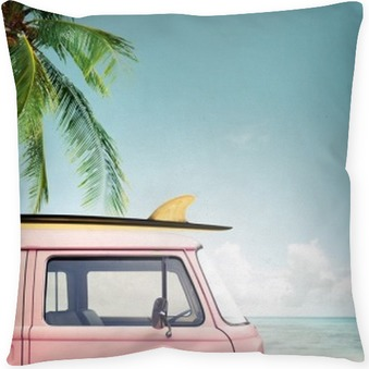 Vintage voiture stationnée sur la plage tropicale (bord de mer) avec une planche de surf sur le toit Coussin