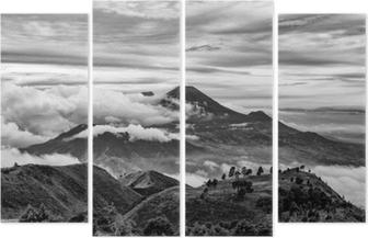 Cuadríptico Monte Merapi y Merbabu en el fondo tomado de Mount Prau, Jogjakarta, Indonesia en blanco y negro.