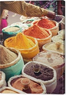 Cuadro en Lienzo Especias tradicionales y frutas secas en bazar local en la India.