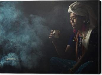 Cuadro en Lienzo Las mujeres tribales están oliendo aromas de café aromático. Se plantó