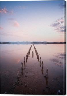 Cuadro en Lienzo Postes en perspectiva sobre el estanque, al atardecer en una calma perfecta día- la calma y el silencio concepto