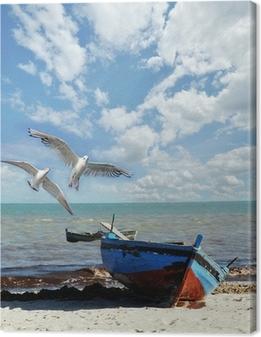 Cuadro en Lienzo Recordatorio de vacaciones: playa con barco de pesca y gaviotas