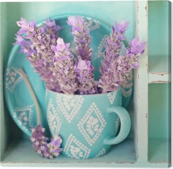 Cuadro en Lienzo Un manojo de flores de lavanda en una taza de té ...