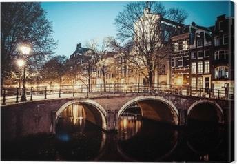 Cuadro en Lienzo Uno de los famosos canales de Amsterdam, los Países Bajos en la oscuridad.