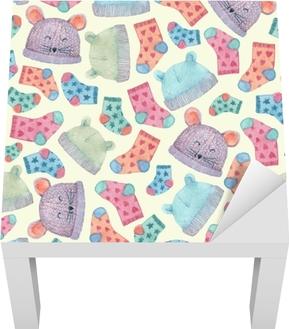 c9a634a22f78 Tapet Sömlöst mönster med färgglada hattar och strumpor. barnkläder  illustrerade i akvarell. • Pixers® - Vi lever för förändring