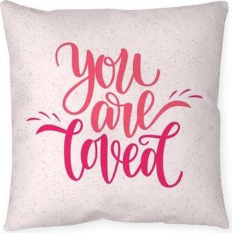 Dekorativ kudde Handskriven du är älskad fras. vektor kort för Valentinsdag, 14 februari. vektor illustration isolerad på rosa. pensel bokstäver design, redo för utskrift för dagen av saint valentine