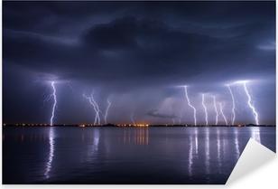 Pixerstick Dekor Åskväder och blixtar i natten över en sjö med reflaction