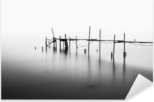 Pixerstick Dekor En lång exponering av en förstörd Pier i mitten av den Sea.Processed i B