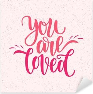 Pixerstick Dekor Handskriven du är älskad fras. vektor kort för Valentinsdag, 14 februari. vektor illustration isolerad på rosa. pensel bokstäver design, redo för utskrift för dagen av saint valentine
