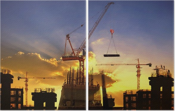 Diptyque Grande Grue Et La Construction De Bâtiments Contre Le Beau Ciel  Sombre