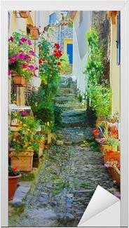 Ruelle étroite et colorée dans un village de Provence Dør klistemærke